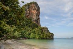 Traditionele die Longtail-boten door Railay strand, Krabi worden vastgelegd royalty-vrije stock fotografie