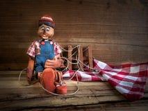 Traditionele die marionetten van hout worden gemaakt Stock Afbeeldingen