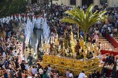 Traditionele die Pasen-optocht in Sevilla door Nazarenes wordt geleid Stock Foto