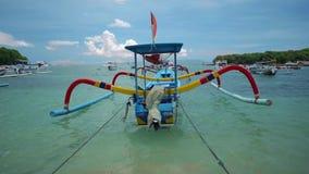 Traditionele die visserijbali boot op het water van de kristalbaai wordt verankerd stock videobeelden