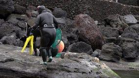 Traditionele die vrouw-duikers bij Jeju-Eiland, ook als Haenyeo wordt geroepen, die Schaaldieren in het Overzees verzamelen stock videobeelden