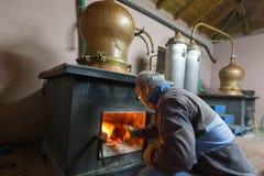 Traditionele distillatie van alcohol en productie van eigengemaakt t royalty-vrije stock foto's