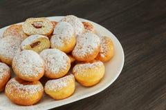 Traditionele donuts met likeur en suiker stock foto's