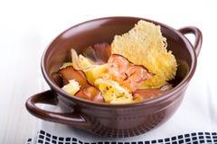 Traditionele Duitse aardappelsalade met bacon Royalty-vrije Stock Fotografie