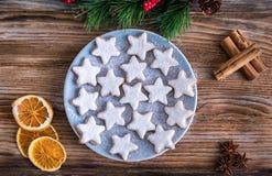 Traditionele Duitse die Kerstmiskoekjes met kruiden worden verfraaid Stock Afbeeldingen