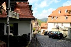Traditionele Duitse die Straat in Kronberg, Duitsland wordt gevonden stock afbeelding