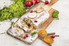 Traditionele Duitse Kerstmiscake met rozijnen en marsepein Sli stock fotografie