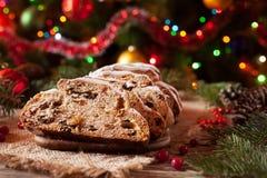 Traditionele Duitse Kerstmiscake Stollen met Marsepein, Noten en Bessen Vieringsdecoratie stock fotografie
