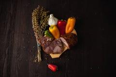 Traditionele eenvoudige maaltijdopstelling met vlees en groenten royalty-vrije stock afbeeldingen