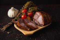 Traditionele eenvoudige maaltijdopstelling met vlees en groenten royalty-vrije stock foto