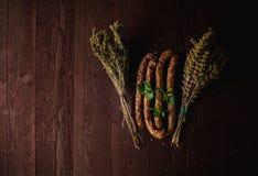 Traditionele eenvoudige maaltijdopstelling met vlees en groenten Stock Foto