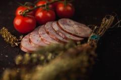 Traditionele eenvoudige maaltijdopstelling met vlees en groenten Royalty-vrije Stock Fotografie