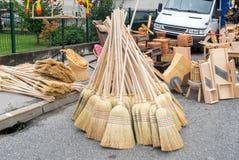Traditionele eigengemaakte bezems voor verkoop bij vakantiemarkt royalty-vrije stock afbeeldingen