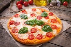 Traditionele eigengemaakte gebakken Italiaanse pizza Royalty-vrije Stock Foto's