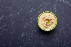 Traditionele eigengemaakte hummus op zwarte steenlijst Hoogste mening royalty-vrije stock foto