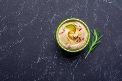 Traditionele eigengemaakte hummus op zwarte steenlijst Joodse keuken Hoogste mening royalty-vrije stock afbeeldingen