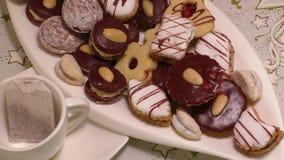Traditionele eigengemaakte koekjes op een plaat stock footage