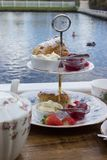 Traditionele Engelse Middagthee, met Scones, Jam en room Stock Fotografie