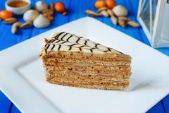 Traditionele esterhazy die cake op witte geregelde plaat wordt gesneden royalty-vrije stock afbeeldingen