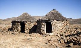Traditionele etnische Afrikaanse huizen rondavels in verlaten dorp Stock Afbeeldingen