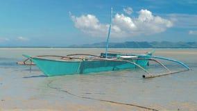 Traditionele Filipijnse die bangkaboten op schitterend tropisch strand worden verankerd reis concept Palawaneiland, Filippijnen stock footage
