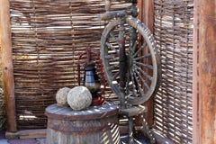 Traditionele gadgets, uitstekende het maken materiaalconcepten Antiek houten vat, as, spinnewiel E stock foto