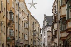 Traditionele gebouwen en kleurrijke voorgevels van huizen in de middeleeuwse stad van Zaal in Tirol, Oostenrijk stock fotografie