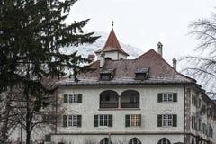 Traditionele gebouwen en kleurrijke voorgevels van huizen in de middeleeuwse stad van Zaal in Tirol, Oostenrijk stock foto