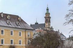 Traditionele gebouwen en kleurrijke voorgevels van huizen in de middeleeuwse stad van Zaal in Tirol, Oostenrijk stock afbeelding