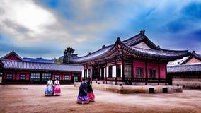 Traditionele geklede Koreaanse meisjes die in het paleis lopen Stock Fotografie
