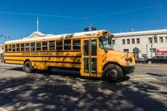 Traditionele gele schoolbus op een straat in San Francisco, Californië, de V.S. royalty-vrije stock afbeelding