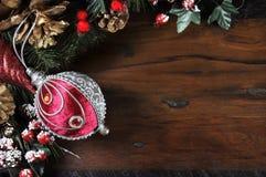 Traditionele Gelukkige Vakantie en Kerstmisachtergrond met rode en zilveren snuisterij Royalty-vrije Stock Fotografie