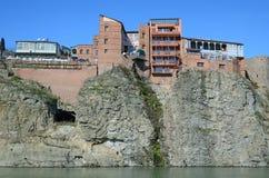 Traditionele Georgische architectuur - mooie gebouwen op de steile kust over de Kura-Rivier in Metekhi-district Tbilisi Stock Afbeeldingen