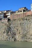 Traditionele Georgische architectuur - mooie gebouwen op de steile kust over de Kura-Rivier in Metekhi-district Tbilisi Stock Foto's