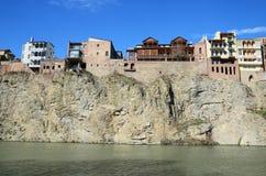 Traditionele Georgische architectuur - mooie gebouwen op de steile kust over de Kura-Rivier in Metekhi-district Tbilisi Stock Fotografie