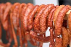 Traditionele gerookte worsten die in binnenlands rookhok, prik hangen stock afbeelding