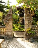 Traditionele gespleten poort in Balinese tuin stock afbeeldingen