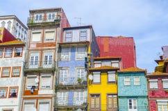 Traditionele gezellig ouderwetse huizen in de oude stad en het toeristische ribeira district van Porto, Portugal royalty-vrije stock afbeelding