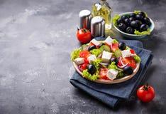 Traditionele Griekse salade met feta, olijven en groenten stock afbeelding