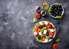 Traditionele Griekse salade met feta, olijven en groenten royalty-vrije stock foto