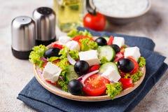 Traditionele Griekse salade met feta, olijven en groenten royalty-vrije stock fotografie