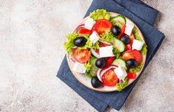 Traditionele Griekse salade met feta, olijven en groenten stock fotografie