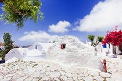 Traditionele Griekse straat met bloemen in Amorgos-eiland, de eilanden van Griekenland Stock Foto