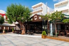 Traditionele Griekse tavernas bij promenade van Sitia stad op het eiland van Kreta, Griekenland stock foto's
