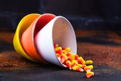 Traditionele Halloween-snoepjes - suikergoedgraan in heldere kleurrijke kommen Royalty-vrije Stock Fotografie