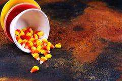 Traditionele Halloween-snoepjes - suikergoedgraan in heldere kleurrijke kommen Stock Afbeeldingen