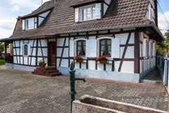 Traditionele helft-betimmerde huizen in de straten van Hunspach in de Elzas, Frankrijk stock foto