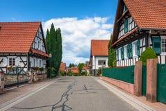 Traditionele helft-betimmerde huizen in straten van Seebach stock afbeeldingen