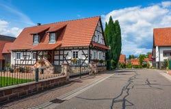 Traditionele helft-betimmerde huizen in straten van Seebach stock fotografie