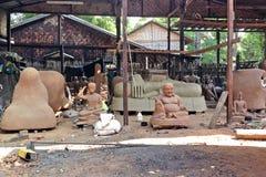 Traditionele het standbeeldproductie van bronsboedha Stock Foto's